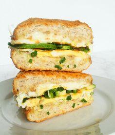 Kanapka na ciepło z jajkiem i awokado jest wilgotna, sycąca, idealna na sycące śniadanie jeśli preferujesz dania wytrawne a nie słodkie. Co je na śniadanie większość z nas? Płatki z mlekiem, smoothie, jogurt z owocami? To wszystko są rozwiązania na słodko oraz na szybko. Przyznam, że sama przez większość dni w Salmon Burgers, I Foods, Grilling, Sandwiches, Food And Drink, Lunch, Smoothie, Vegan, Ethnic Recipes