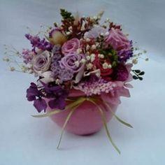 arranjo de flores naturais preservadas em rosa e lilás