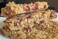 Chewy Granola Bars - homemade so they are healthier than the store bought kind that are full of preservatives Note to self: replace oil with butter and maybe use syrup instead of brown sugar Healthy Treats, Yummy Treats, Delicious Desserts, Yummy Food, Healthy Food, Sweet Treats, Healthy Eating, Clean Eating, Chewy Granola Bars
