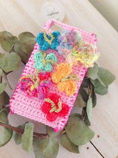 コットン、アートヤーン等の糸で編みました iPhoneケースです。土台はコットンで編んであります。 柔らかいパステルピンク サイドはピンクにあしらえました。 ...|ハンドメイド、手作り、手仕事品の通販・販売・購入ならCreema。