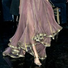 Iridescent lilac and gold floating midi skirt with evening shoes Schillernder Midirock in Flieder und Gold mit Abendschuhen Haute Couture Style, Couture Mode, Couture Fashion, Runway Fashion, Womens Fashion, Couture Details, Fashion Week, Daily Fashion, High Fashion