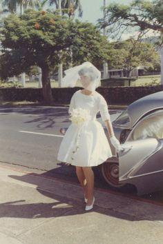 Casamento antigamente, noiva de vestido curto e scarpin de bico fino.