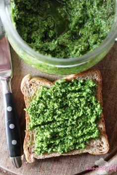 Itt a tavasz és előtérbe kerülnek a zöld ételek. A klasszikus olasz pesztó bazsalikomból és fenyőmagból készül, ennek alternatívájára bloggereink megalkották a magyar pesztót, ami petrezselyemből is dióból készül. Felhasználhatjátok tésztákhoz, halas fogásokhoz, lepénykenyerekhez, pizzákhoz, szendvicsekhez. Seaweed Salad, No Bake Cake, Pesto, Pizza, Healthy Recipes, Baking, Ethnic Recipes, Blog, Bakken