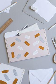Upcycling Idee mit Pappe: Ich zeige euch, wie ihr nützliche Sammelmappen aus Schuhkartons selber machen könnt. Eine einfache und nachhaltige DIY Bastelidee für den Schreibtisch, um endlich für mehr Ordnung am Arbeitsplatz zu sorgen. Die Anleitung findet ihr auf schereleimpapier.de! Diy Recycling, Upcycle, Diy Projects Desk, Organisation Hacks, Diy Papier, Paper Crafts, Diy Crafts, Diy Desk, Sustainable Design