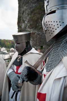 Templars at Bouillon Castle, Belgium - picture by Jeff Bauche Medieval Knight, Medieval Armor, Crusader Knight, Armadura Medieval, Knight In Shining Armor, Fantasy Armor, Knights Templar, Middle Ages, Beautiful Castles