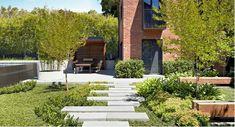 vaste jardin verdoyant avec dalles béton