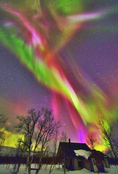 T T hello red green mauve northern Aurora Boreal All Nature, Science And Nature, Amazing Nature, Beautiful Sky, Beautiful World, Beautiful Places, Ciel Nocturne, Natural Phenomena, To Infinity And Beyond
