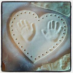Bricolage : empreintes de mains en pâte à sel.