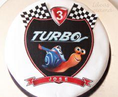Tarta turbo caracol decorada con impresiones comestibles en papel de azúcar