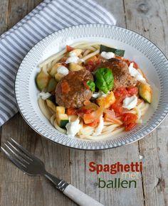 Een (groot) bord dampende pasta. Zo nu en dan heb ik dat gewoon even nodig.Bijvoorbeeld een bord spaghetti, én dan het liefst met ballen. Lekkere ballen. Én met mozzarella. Deze versie van de spaghetti is bij ons thuis DIK goedgekeurd (had ik niet verwacht van alle personen in het huishouden). Dus dan is de spaghetti... LEES MEER...
