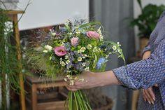 V rámci kurzu si vyzkoušíte nejrůznější činnosti, např. základní floristické techniky. Naučíte se vázat kytice a věnce, vytvářet aranžmá, přírodní květinové dekorace, blíže se podíváme i na svatební / eventovou a smuteční tématiku, sezonní floristiku a zbyde čas i na moderní trendové záležitosti. Všechny své výtvory si samozřejmě odnesete domů. Love Wallpaper Download, Beautiful Red Roses, Red Rose Flower, Chocolate Bouquet, Diy Tattoo, Style Snaps, Forest Wedding, Handmade Art, Bonsai