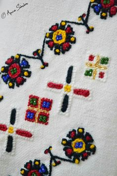 Traditional Outfits, Romania, Hand Embroidery, Cross Stitch Patterns, Origami, Arts And Crafts, Kids Rugs, Costumes, Needlepoint