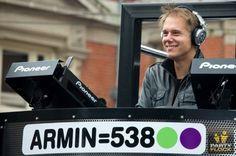Armin van Buuren draait elke vrijdagavond bij Radio 538.