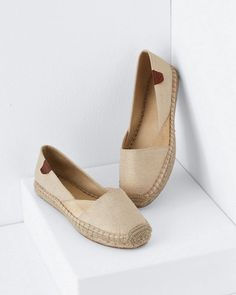 Cool and comfy espadrilles look casually elegant in gold metallic linen. A signature Sperry slip-on, with timeless style and made-to-last quality.