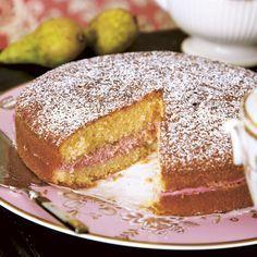 En blandning av sockerkaka och tårta som blir extra god om den bakas en dag i förväg. Bagan, Baking Recipes, Cookie Recipes, Raspberry Mousse, Bun Recipe, Swedish Recipes, Piece Of Cakes, No Bake Desserts, Vanilla Cake