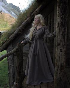 Viking Tunic, Viking Dress, Celtic Dress, Viking Clothing, Historical Clothing, Historical Photos, Templer, Poses References, Apron Dress