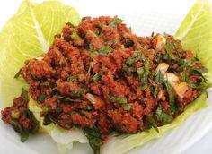 SARMA İÇİ (Kısır): İnce bulgur, yeşil soğan, kıyılmış maydanoz ve taze nane ile sunulur.