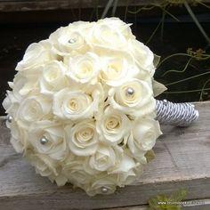 bruidsboeket met alleen witte kleinbloemige rozen. Zilver accent