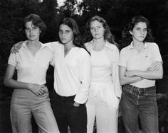Brown Sisters, 1975. La première photo des soeurs Brown en 1975 prise par Nicholas Nixon. © Nicholas Nixon / Collection Fondation MAPFRE