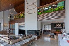 villa contemporaine et de luxe avec un aquarium gigantesque encastré dans le garde-corps