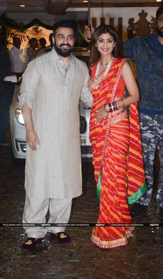 Anil Kapoor held a Karva Chauth party at his residence, which was attended by Shilpa Shetty, Sridevi, Raveena Tandon, Farah Khan and other B-Town celebs. Trendy Sarees, Stylish Sarees, Fancy Sarees, Indian Wedding Outfits, Indian Outfits, Indian Dresses, Indian Attire, Indian Clothes, Kerala Saree Blouse Designs