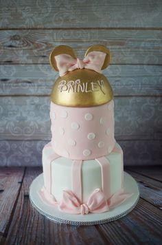 Gold and pink Minnie Mouse cake.