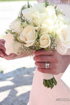 photo mariage religieux sortie eglise cadaujac gironde robe traine ... http://yesidomariage.com - Conseils sur le blog de mariage