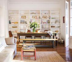 00449747. Salón comedor con mesa antigua, banco y sillas vintage y librería blanca 00449747