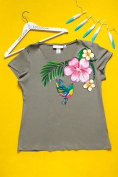 Hand painted Marsh Floral T-shirt with humming bird: Tropical Summer. Size XL is ready to ship! Dress Painting, T Shirt Painting, Fabric Painting, Fabric Paint Shirt, Paint Shirts, Hand Painted Dress, Painted Clothes, Fabric Paint Designs, Kurta Designs