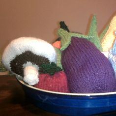 Knitted vegetables -- free knitting patterns including corn on the cob, artichoke, orange pepper, etc.