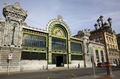 """La estación Bilbao-Concordia o simplemente estación de La Concordia, es también conocida como estación de Santander. Construida en 1902 en el límite del nuevo ensanche bilbaíno, al borde de la ría del Nervión, es de estilo modernista, en el que destaca el gran rosetón de la fachada. Todo un patrimonio de la """"belle époque"""" que se remodeló por última vez en 2007."""