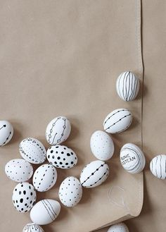 Easter table decorations: how to festively set the table - Black and white eggs, boiled eggs painted with a waterproof pen - Easter Table Decorations, Decoration Table, Easter Projects, Easter Crafts, Hoppy Easter, Easter Eggs, Comment Dresser Une Table, About Easter, Easter Celebration