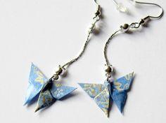 Boucles d'oreille papillon origami bleu clair au motif végétal sur chaînette argentée : Boucles d'oreille par kirikat