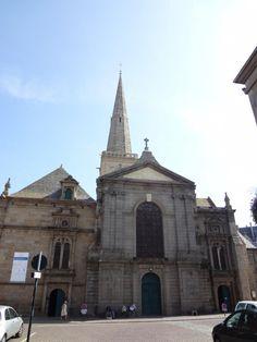 Catedral San Vicente Saint-Malo. Es de estilo gótico y románico, fue construida en el siglo XII. Se ha restaurado en varias ocasiones por lo que podemos observar la mezcla de la antigua catedral y de la nueva. La visita a esta catedral es imprescindible. Se puede disfrutar de sus altos techos y sus pilares que parecen no tener fin, además de unas impresionantes vidrieras que no dejarán indiferente al visitante.