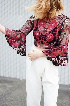 Que hermosa blusa trasparente y estampada...