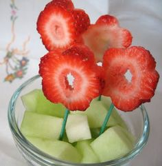 10-cute-and-creative-school-snacks---strawberry flowers