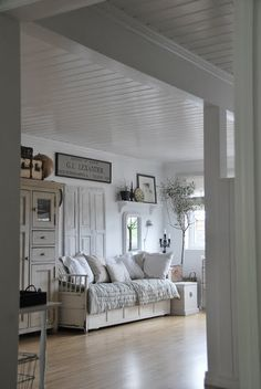 ❤☝Reminds me of my daybed in antique finish and cane accent - JennyT