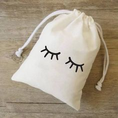 Favor bags for your Pyjama/Pajama party Your guests will love it. For kids but also adults! Simple, chic, elegant DESCRIPTION: Design : eyes Design/font colour: black / gold LINEN with drawstring 10 cm length x 13 cm height (4x5) COTTON calico with drawstring: 10 cm length x 13 cm