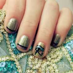 Striped Egyptian nail art for Halloween Cleopatra costume
