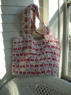 Make The Cutest Plarn Grocery/Beach Bag for this summer. This free crochet pattern is a great way to recycle all your unused plastic grocery bags. It uses single crochet making it work up quickly. Take your new bag and get beach-bound.