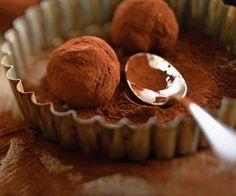 Redécouvrez la recette des truffes au chocolat avec le chef Cyril Lignac. Vous ne le regretterez pas.