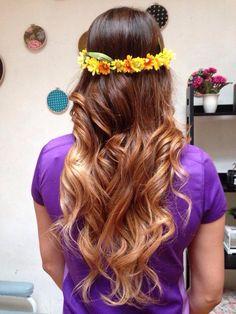 Freestyle-ombré hair-mechas californianas. Castaño a Rubio. corona de flores y ondas