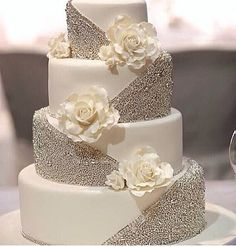 Tortul mirilor - alb cu sclipiri argintii. #nuntasieveniment, #fotografdenunta, #fotografbucuresti