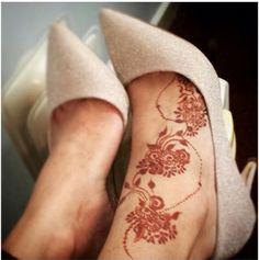 Hennah on foot Wedding Henna Designs, Mehndi Designs Feet, Dulhan Mehndi Designs, Henna Tattoo Designs, Leg Henna, Henna Tattoo Hand, Foot Henna, Khafif Mehndi Design, Mehndi Style