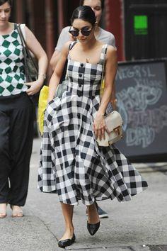 Vanessa Hudgens com vestido vintage romântico e com estampa quadriculada .