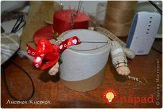 Krajší jarný nápad sme nevideli: Žena vzala 2 rolky od lepiacej pásky a staré silonky - úžasná dekorácia úplne zadarmo! Christmas Table Settings, Mugs, Tableware, Handmade, Club, Sewing, Baby Dolls, Handmade Crafts, Gnomes