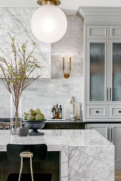 54 Beautiful Kitchen Design Ideas The wall of windows provides a lot of pure light. Maybe you'll intend to select a combination fan together with light for your kitchen ceiling. Hence, as soon as you are going in for kitchen … Classic Kitchen, New Kitchen, Kitchen Decor, Kitchen Tile, Kitchen Cabinets, Stylish Kitchen, Upper Cabinets, Kitchen Runner, Island Kitchen