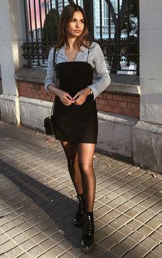 7 Produções ultra estilosas para inspirar seu fim de semana. Camisa listrada, sobreposição vestido tubinho preto com alça, coturno preto
