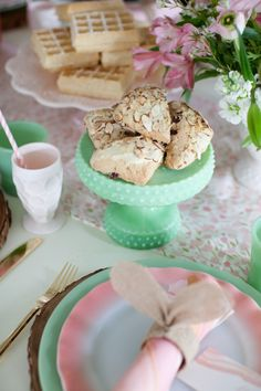 How to Host an Easter Brunch | Easter lunch ideas | Easter brunch ideas | decorating for Easter brunch | Easter decor ideas | Easter brunch decor || JennyCookies.com #easterbrunch #easterdecor #easterparty Easter Lunch, Easter Candy, Easter Table, Easter Decor, Jenny Cookies, Pink Dishes, Fruit Infused Water, Brunch Decor, Brunch Ideas