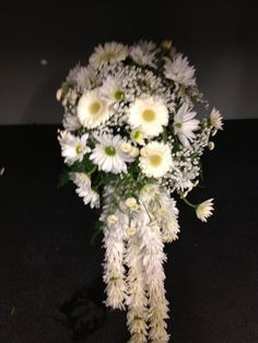 I strung daisies like popped corn to give this informal clutch bouquet an upgrade.